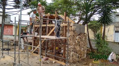 Construção de gruta de pedra, com pedra moledo, de 15 cm a 20 cm, com o tipo pedra para revestimento de parede.