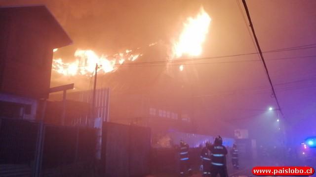 🔥🚒Osorno: Incendio afecta inmueble de tres pisos y deja una víctima fatal