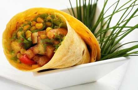 Такой салат можно не заворачивать в тортильяс , а есть как самостоятельный салат.  Также можно добавить различные компоненты - свежий перец чили (если вы любите острое ) , авокадо. Вместо курицы можно положить филе индейки или мясо кролика( любое белое мясо).