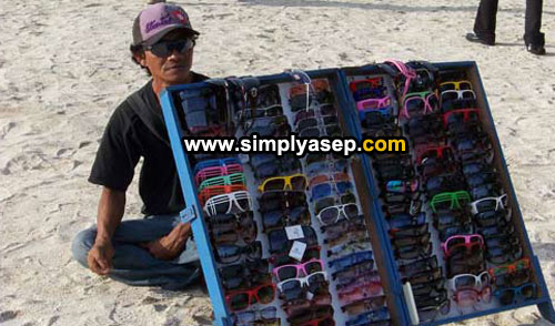 GLASSES : A glass man selling many tipe of glassess. He wore a black one so I cannot see his eyes. Photo Asep Haryono