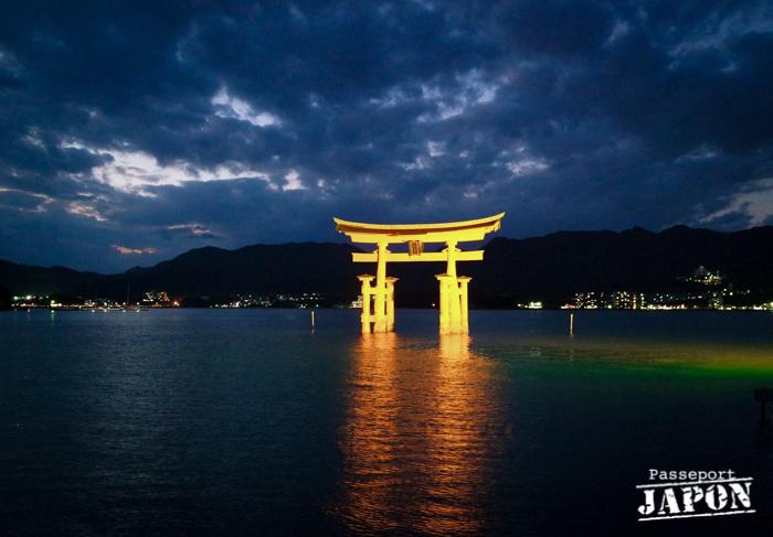 Illumination nocturne du grand torii, Miyajima, Hiroshima-ken