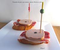 Tostada de pan con tomate jamón Ibérico y foie