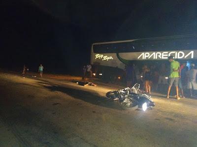 Duas pessoas morrem em acidente entre ônibus e moto na BR-222