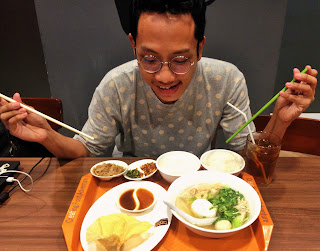 Blogger Eksis makan di Eat and Eat