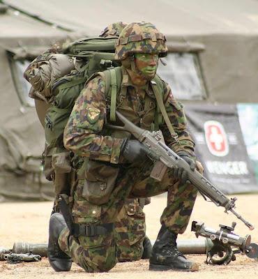 Este soldado suíço deve guardar bem todo este equipamento... em casa!