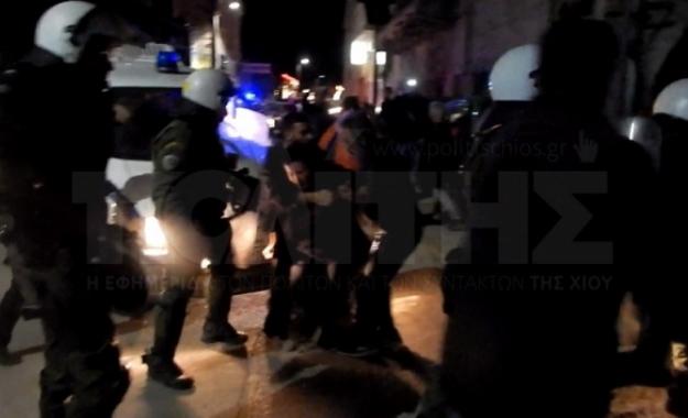 Χίος: Συμπλοκή ΜΑΤ με κατοίκους που διαμαρτύρονται για τους πρόσφυγες