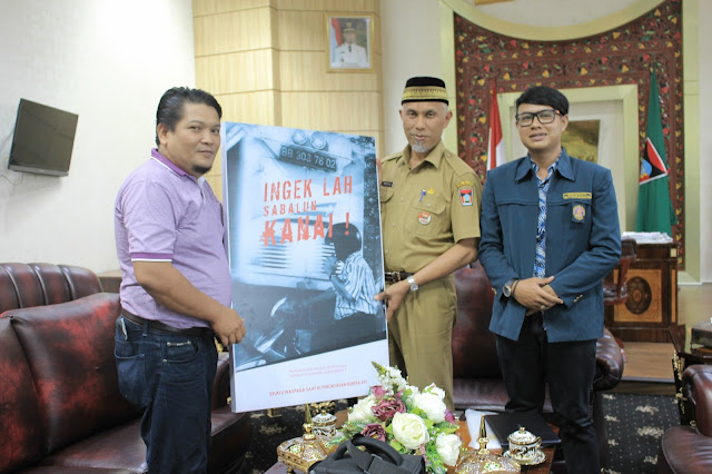 Serah terima film pendek 'Ingeklah Sabalun Kanai' pada Walikota Padang. (Dok. Pribadi)