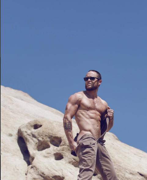 Fotógrafo Mitchmajor, Modelo Anton Gutierrez vestindo roupas do mrturk