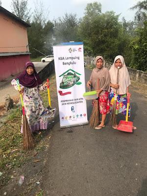 kegiatan bersih-bersih di kampung beseri astra bengkulu