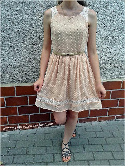 Sukienka z Croppa, pasek z kokardą, sandały z ćwiekami