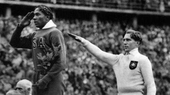 Owens ao lado de Lutz Long no pódio do salto em distância em Berlim 1936