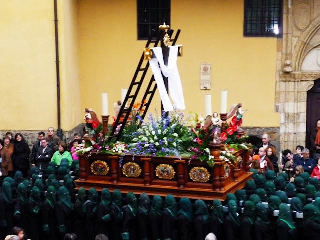 La Cruz Gloriosa. Cofradía María del Dulce Nombre. Jueves Santo, León. Foto G. Márquez.
