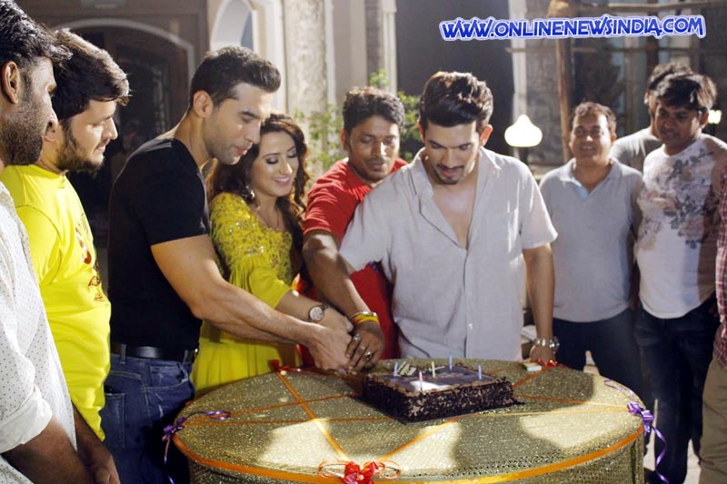 Cast and crew of show Ishq Mein Marjawan cutting cake to celebrate 200 episodes milestone
