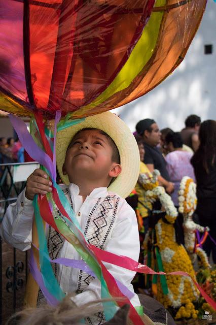 niño con maramota en calenda de Oaxaca