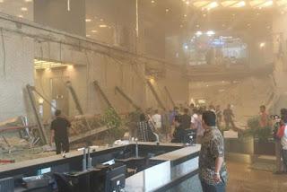 gedung bei bursa efek indonesia di jakarta ambruk