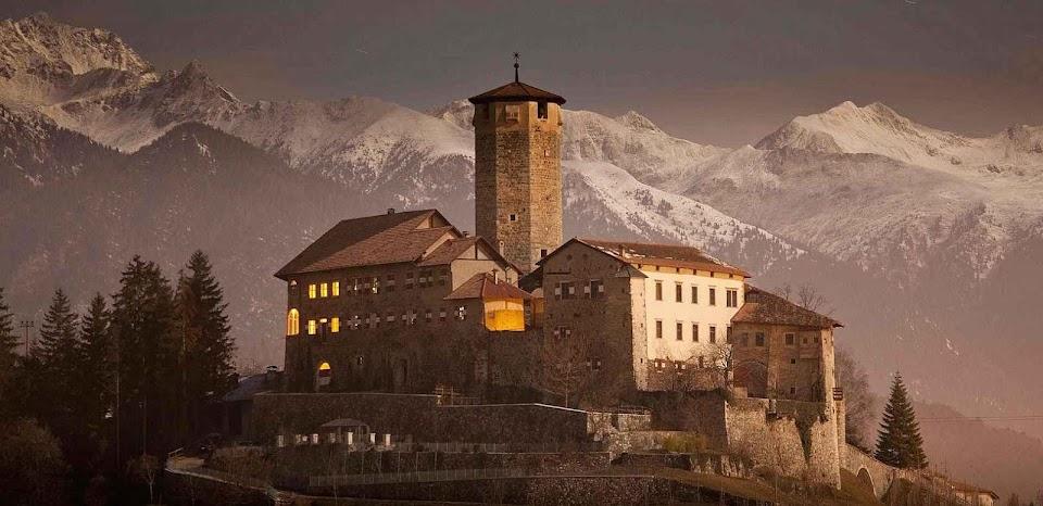 Castel Valer parece velar dia e noite pela ordem e pela paz da região.