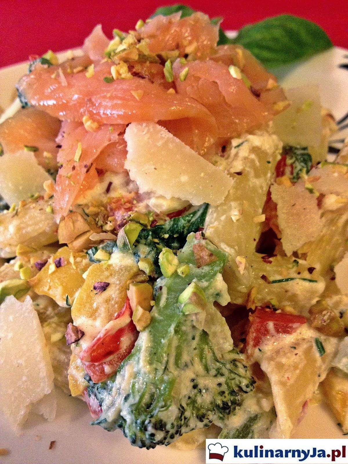 Penne z wędzonym łososiem z warzywami w kremowym sosie z pistacjami