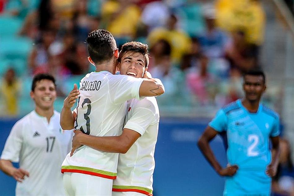 Carlos Salcedo celebra su gol.