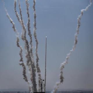 اسرائيل تقصف والمقاومة ترد باطلاق الصواريخ