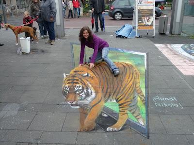 فتاة جميلة تركب نمر