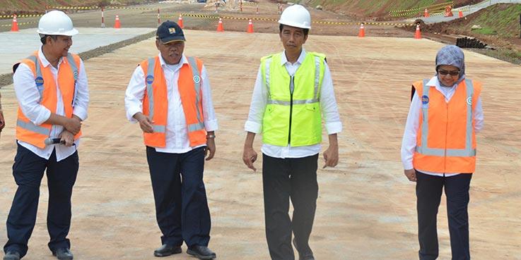 Presiden Jokowi didampingi Menteri PUPR meninjau pembangunan jalan tol Semarang - Batang, Senin (9/1/2017) pagi.