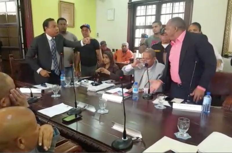 """Video: Regidor y alcalde SFM se dicen """"hasta barriga verde"""" en plena sesión"""