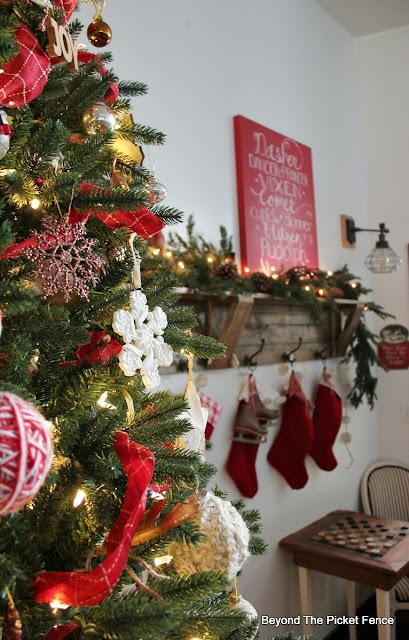 farmhouse Christmas, rustic Christmas, Christmas tree, christmas ornaments, https://goo.gl/xpejCP