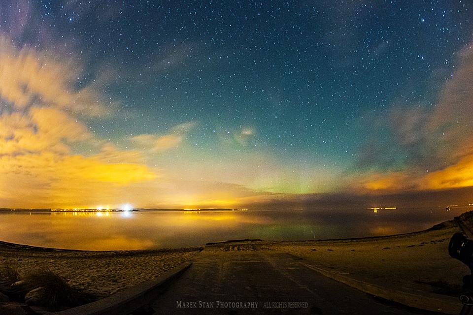 Zorza polarna sfotografowana w noc z 26 na 27.10.2016 r. Okolice Klifu w Pierwoszynie i z Rewy, pomorskie. Autor: Marek Stan