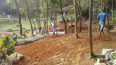 Bizzarri acertando a terra para fazer o plantio de grama onde estamos fazendo o lago de carpas com os muros de pedra em volta do lago, com pedras ornamentais, tipo pedra moledo, com os caminhos de pedra com cacão de pedra São Tomé. 30 de março de 2017.