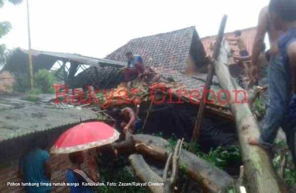 pohon tumbang timpa rumah warga kancikulon cirebon