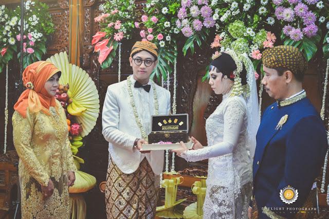 foto penyerahana mas kawin dari pengantin laki-laki kepada pengantin perempuan