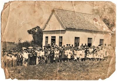 Comunidade rural do Rio Grande do Sul (circa 1950): fotografia de autor desconhecido pertencente ao acervo da Família Mantei.