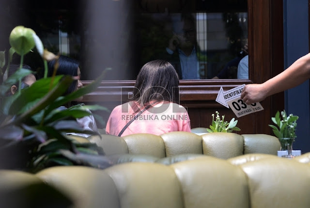 Prarekonstruksi Kematian Mirna: Anggota Reskrim Polda Metro Jaya melakukan pra-rekonstruksi  di Cafe Olivier, Mal Grand Indonesia, Jakarta, Senin (11/1). Foto : Republika.