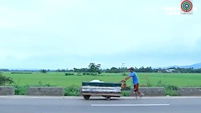 Se quedó sin trabajo y camina 6 días hasta su casa