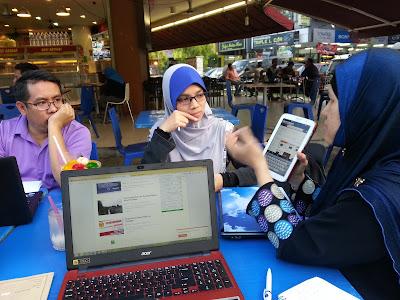 Puan Siti Mardiah mengajar
