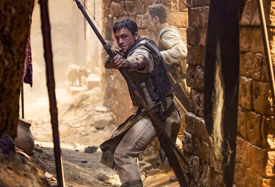 "Jamie Foxx ensina Taron Egerton a roubar no trailer inédito de ""Robin Hood: A Origem"""