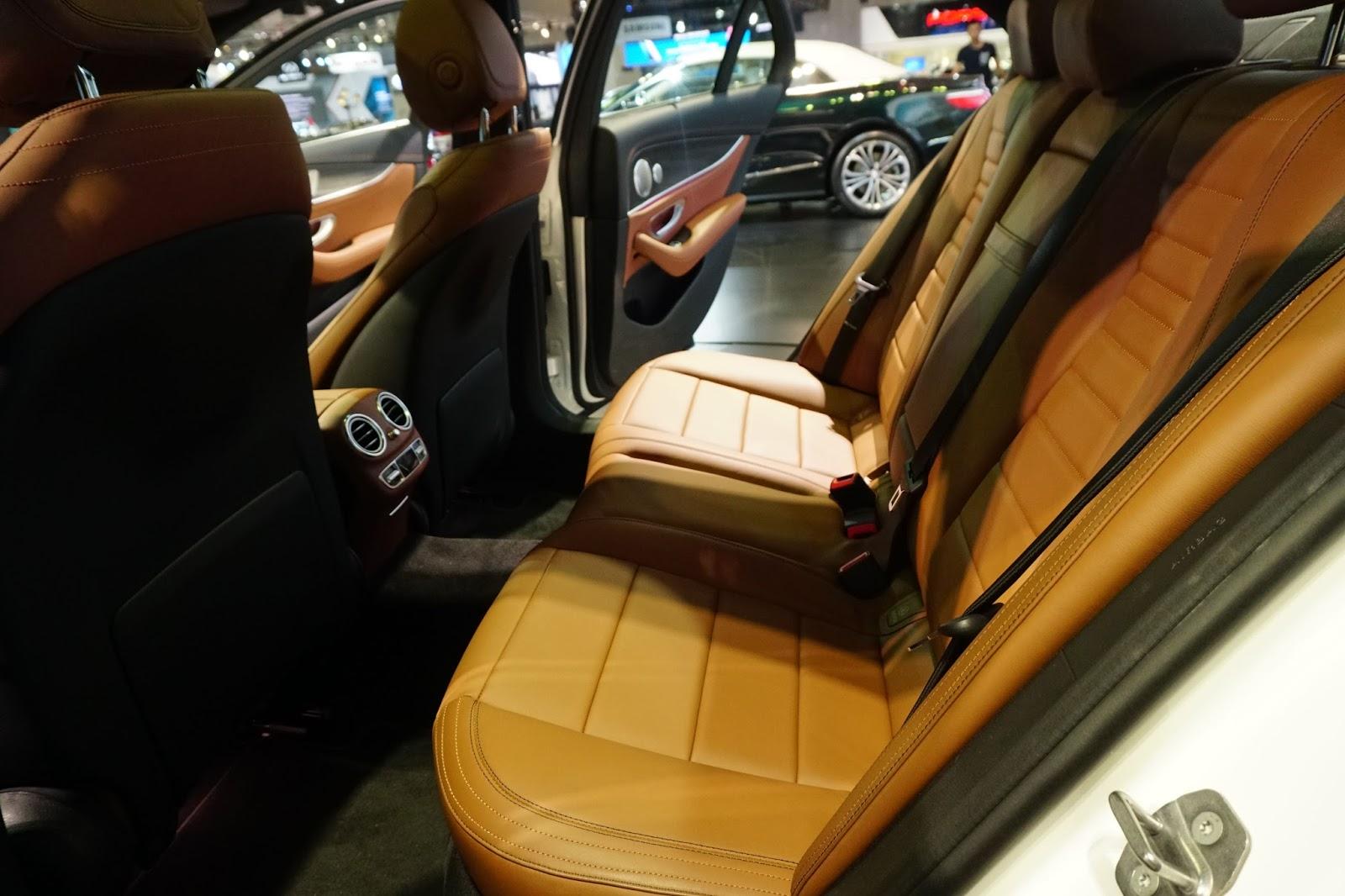 Hàng ghế sau của E300 AMG 2017 quá chất với nội thất sang, mạnh mẽ