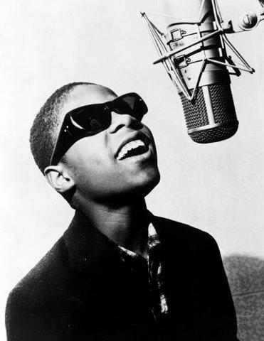 Foto de Stevie Wonder cantando de niño