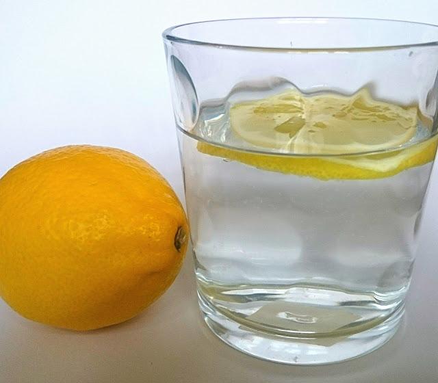 woda z cytryną rano
