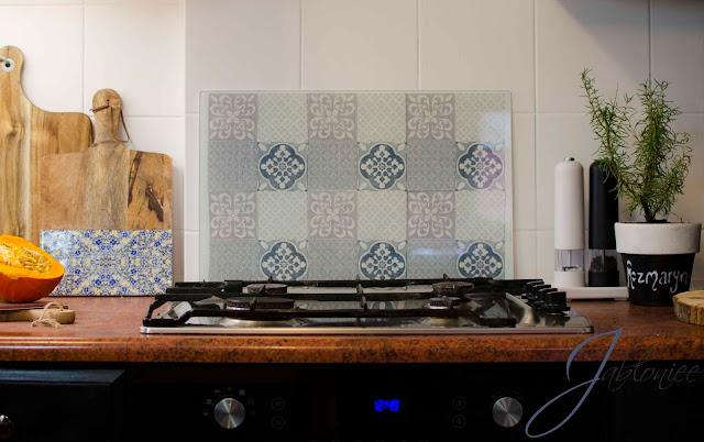 Jak ozdobić szklany panel nad płytą grzejną?