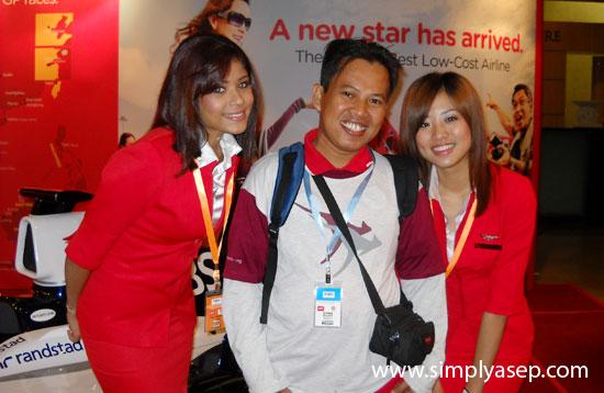 AIR ASIA: Mampir ke stand Air Asia di Gedung konferensi Putrajaya didaulat foto bersama crew pramugari Air Asia di stand saat itu.  Thank you ya.  Foto Istimewa