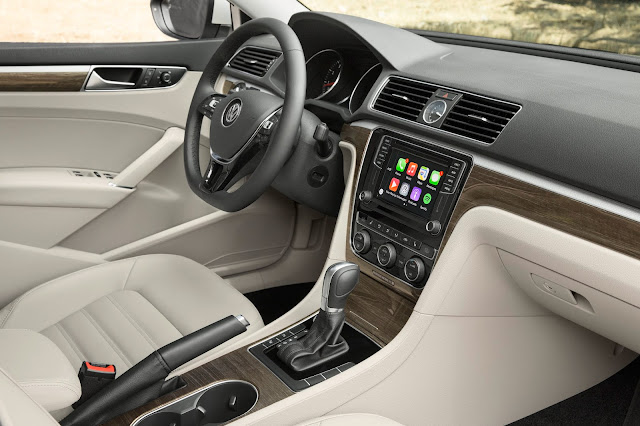 Interior view of 2018 Volkswagen Passat V6 SEL Premium