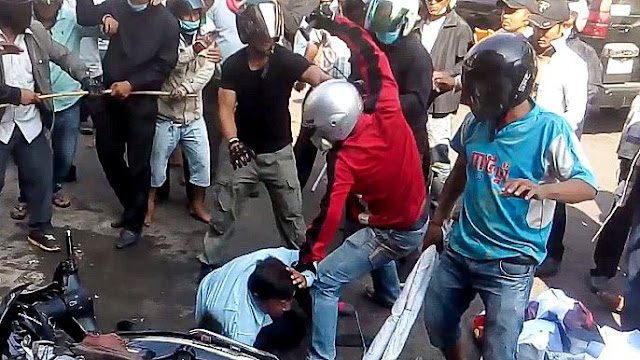 A man attacks a bus driver in central Phnom Penh on Saturday during a Capitol Bus Company protest that turned violent. Licadho