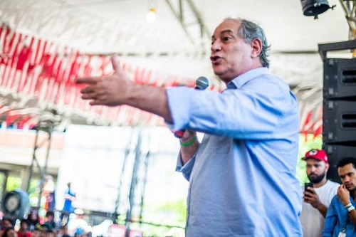 Resultado de imagem para Ciro Gomes vaiado na Bienal da UNE na UFBA