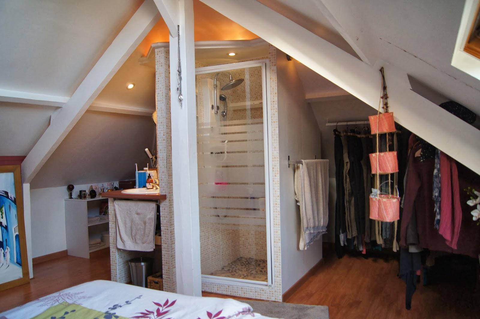 chambre avec salle de bain intgre petite chambre avec. Black Bedroom Furniture Sets. Home Design Ideas
