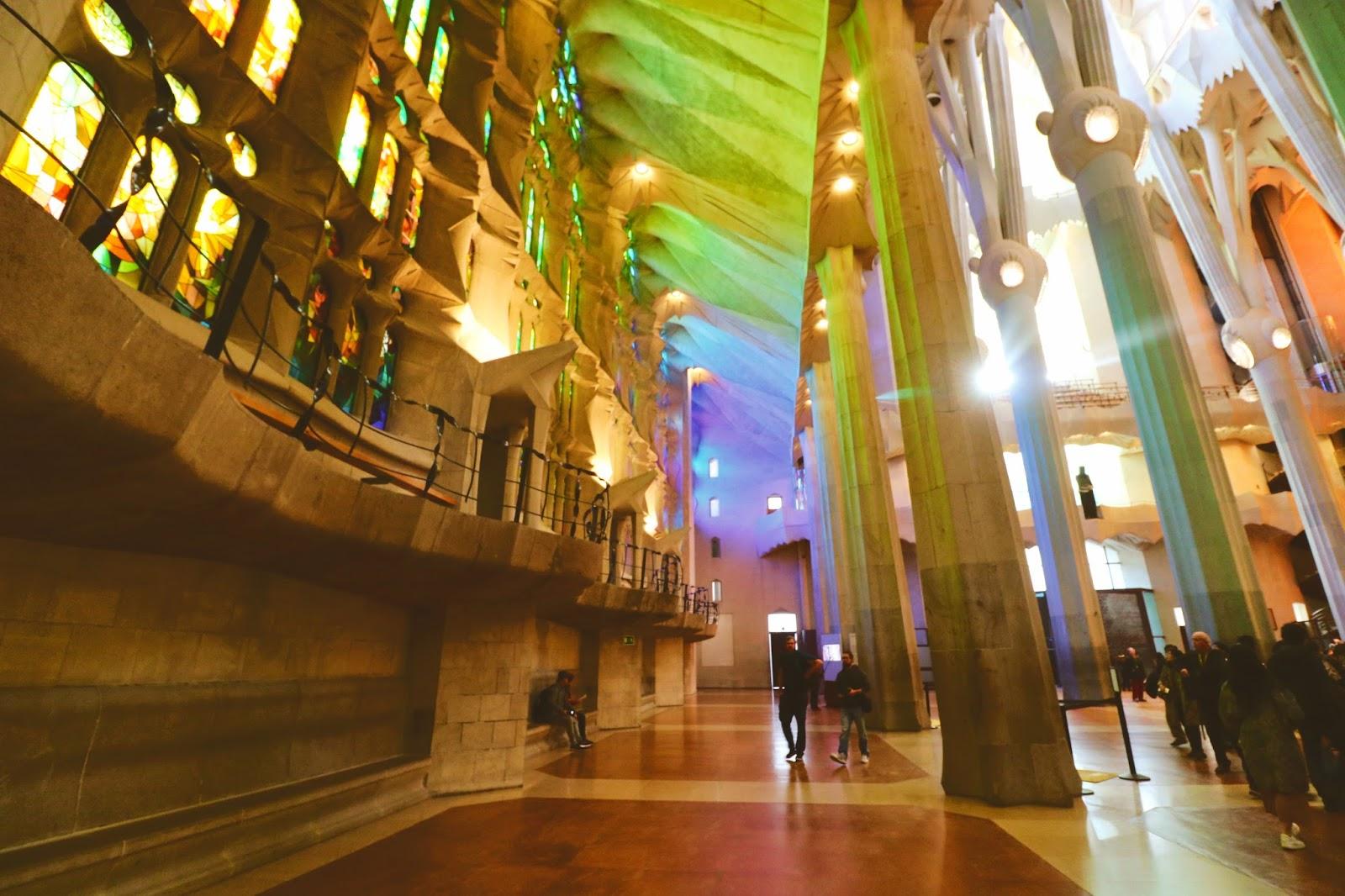 sagrada familia w środku, barcelona atrakcje blog
