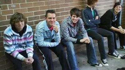 chicos-sentados
