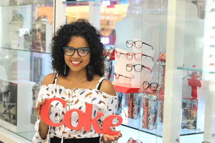 Óticas Opção, Óticas Opção Bela Vista, Natália Sena, óculos coca-cola, óculos preto e azul