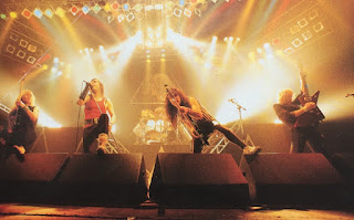 Iron Maiden durante un concierto en los 80