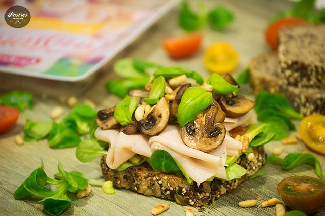 Pan de semillas con Aguacate, Tomate seco, Pavo y Champiñones